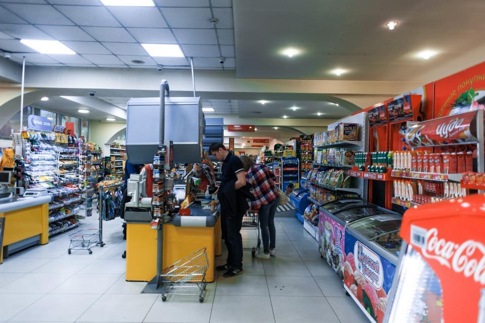 Житель Владивостока вновь выпил бутылку водки в магазине и отказался платить