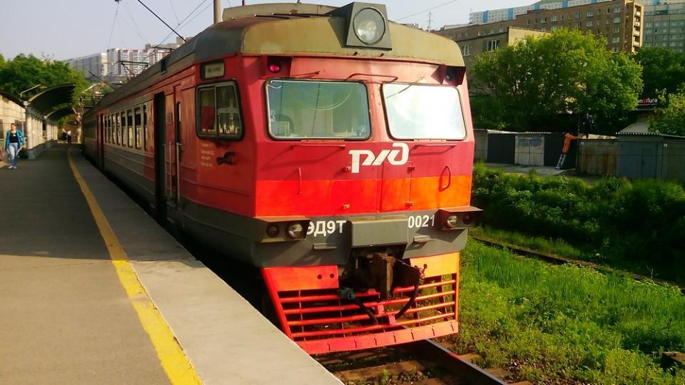 Девушки едва не попали под поезд в Приморье
