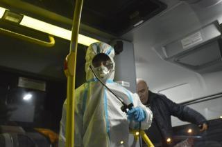 Фото: Алиса Князева / PRIMPRESS   Коронавирус не пройдет. Санитарная обработка автобусов во Владивостоке ведется каждый день