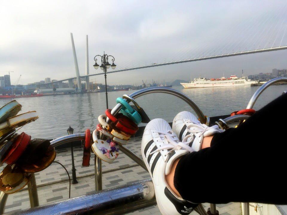 Владивостокцы сходят с ума по белым кроссовкам