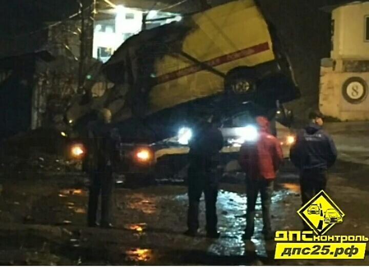 ВоВладивостоке пьяная автоледи уничтожила реанимобиль ипокалечила 2-х мед. персонала