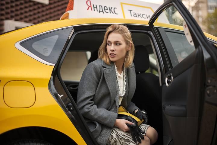 девушка расчитывается натурой в такси