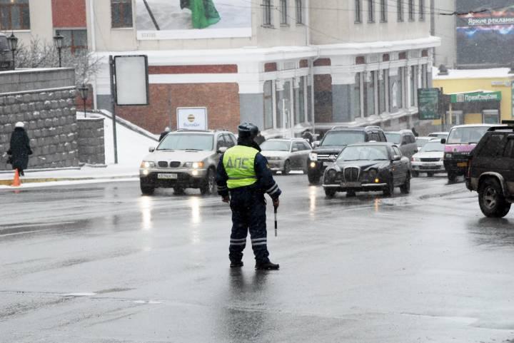 На трассах Владивостока перекрыли движение из-за снегопада
