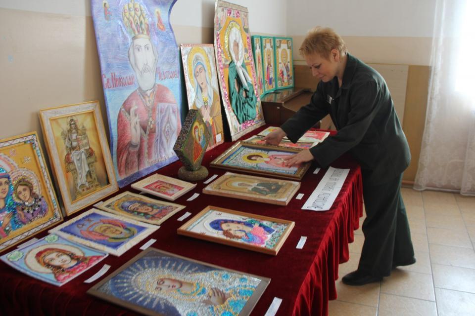 Выставка написанных осужденными женщинами православных икон и живописи открыта в приморской колонии