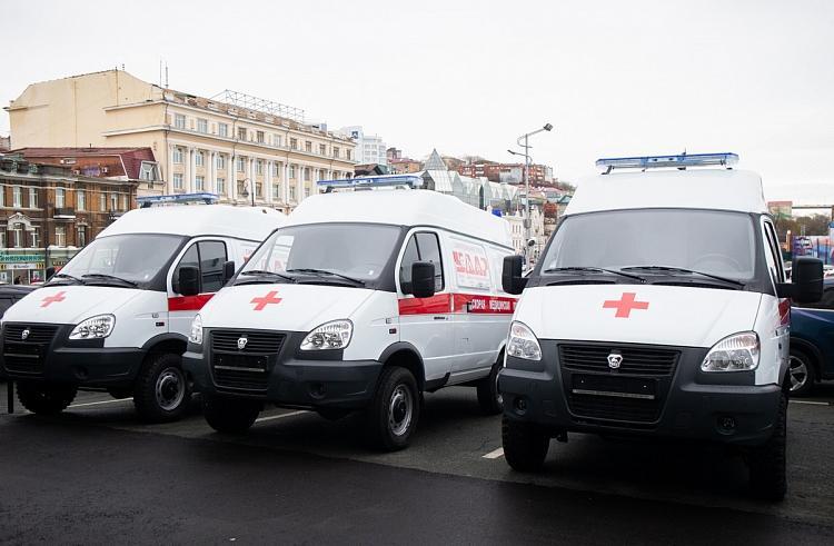 Одна из больниц Приморья пополнилась тремя новыми машинами скорой помощи
