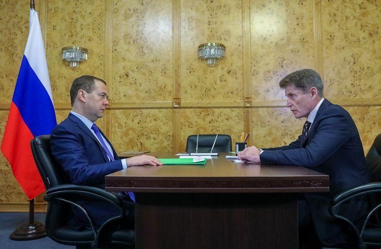 Медведев в аэропорту Владивостока встретился с врио губернатора Приморья