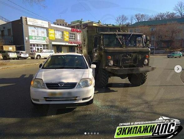 Иномарка против «отечественного чудовища»: странные маневры водителей привели к ДТП во Владивостоке