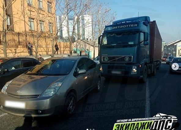 Большегруз врезался в Prius во Владивостоке