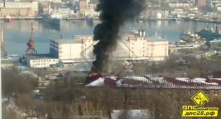 Недостроенное здание загорелось во Владивостоке