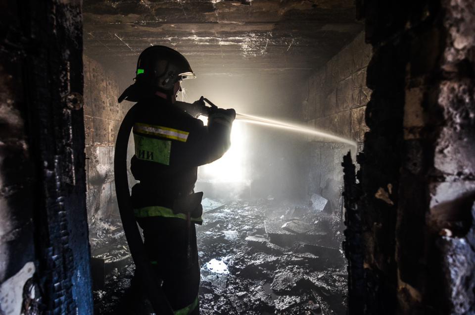 Из горящего деревянного барака пожарные спасли приморца