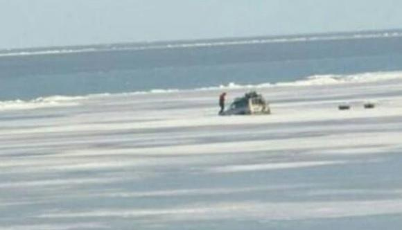 Первый пошел: в Приморье под лед провалился автомобиль