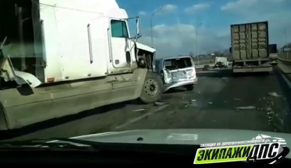 «Ничего себе!»: на трассе в Приморье большегруз едва не раздавил иномарку