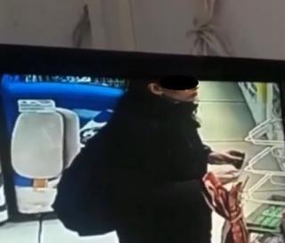 Фото: кадр из видео | «Такое не прощают»: камера сняла «неприличный» поступок девушки в ТЦ