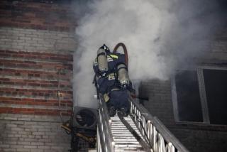 Ночью во Владивостоке загорелась квартира