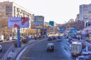 Фото: Анна Шеринберг   Билборды, брендмауэры, и растяжки: реклама не перестает «покрывать» Владивосток