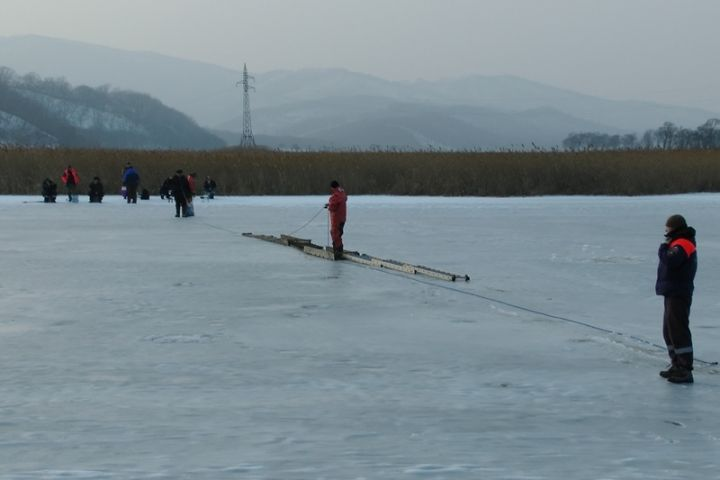 11 приморских рыбаков застряли натонком льду