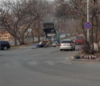Фото: скриншот dpscontrol | Во Владивостоке оперативно потушили загоревшийся мусоровоз