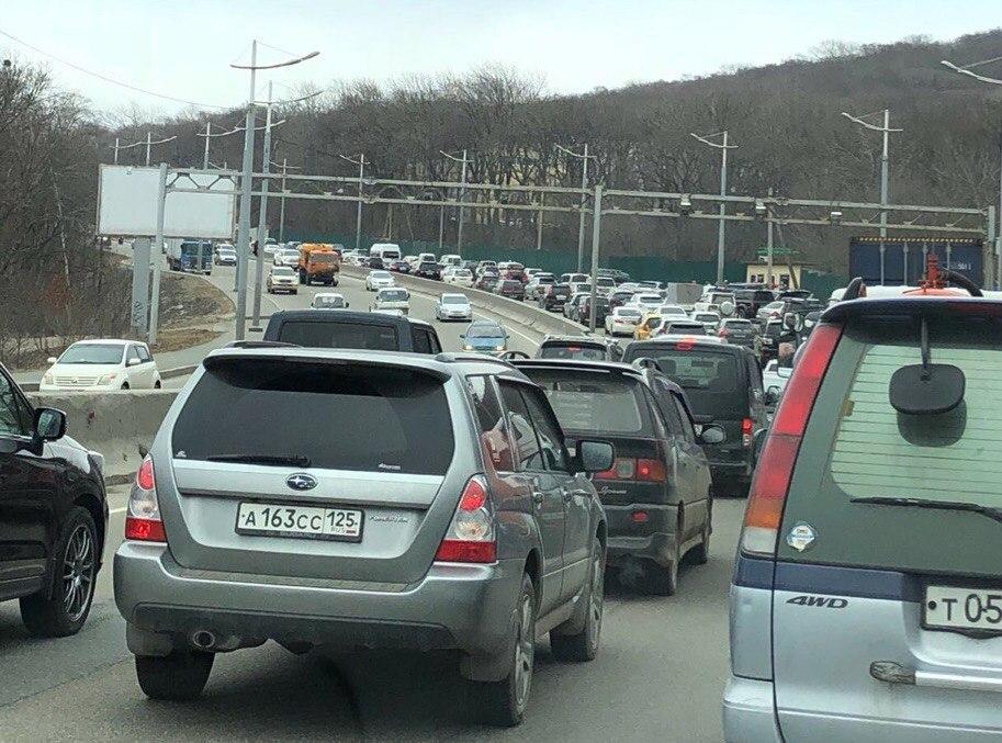 Фото «откровенной» наклейки на Lexus во Владивостоке «рвет» соцсети