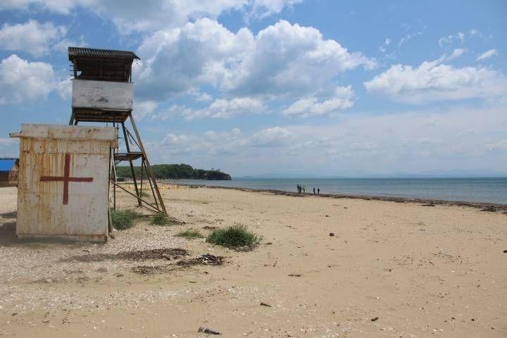 «Трое мужчин и одна женщина»: что сделали приморцы на пляже, обсуждают в Сети