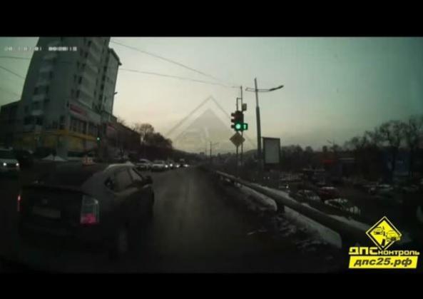 Владивостокский водитель удивился, заглянув в салон учебного авто на перекрестке
