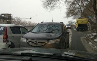 Водитель во Владивостоке пригрозил «разбить лицо» девушке, не пустившей его на встречку