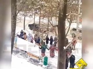 «Театр абсурда»: в Приморье устроили праздник в честь установки лавочки и урны