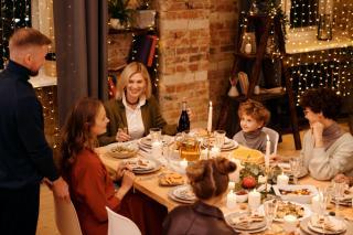 Фото: pexels.com   Как не переедать за новогодним столом?