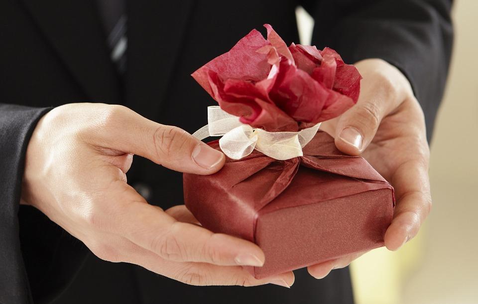 Пять модных идей для подарков коллегам по офису