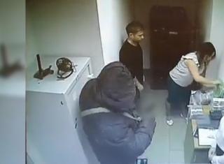 Фото: кадр из видео | «Оказался непростой». Пойман подозреваемый в «громком» ограблении банка