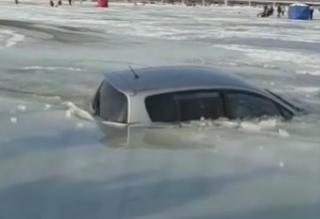 Фото: dps_vl   Зимняя рыбалка не задалась: в Приморье автомобили рыбаков проваливаются под лед