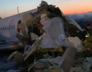 Фото: скриншот видео youtube.com   В Казахстане пассажирский самолет врезался в жилой двухэтажный дом (видео)