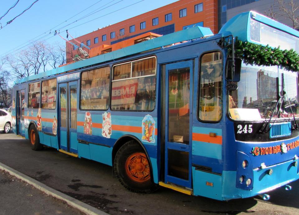 Новогодний троллейбус вышел на маршрут во Владивостоке