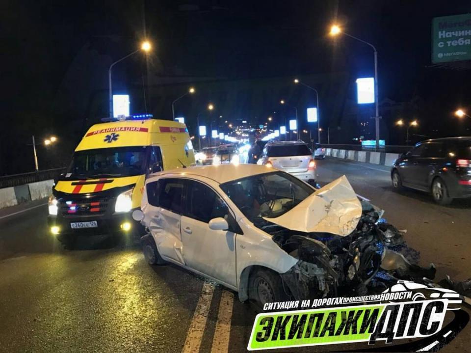 Появились фото массового ДТП на второреченском мосту во Владивостоке с участием элитных автомобилей