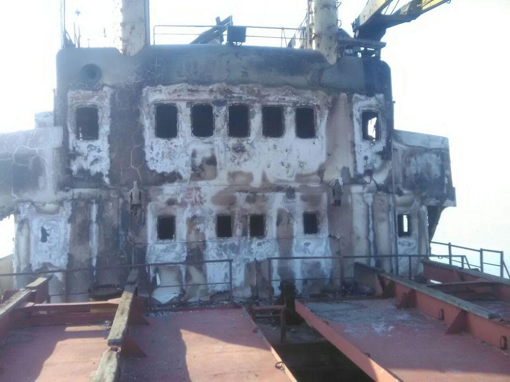 Брошенное судно полыхает уберега воВладивостоке