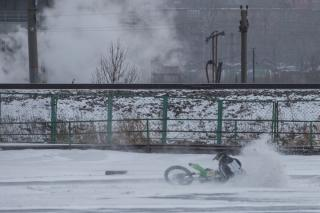 Фото: Татьяна Меель | Соревнования по мотокроссу прошли на льду озера Чан