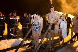 Фото:    Жители Владивостока окунулись в крещенской купели