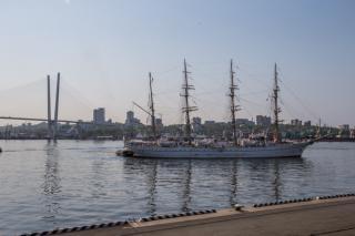 Фото: Татьяна Меель | Японский парусник Kaiwo Maru пришвартовался у морского вокзала Владивостока