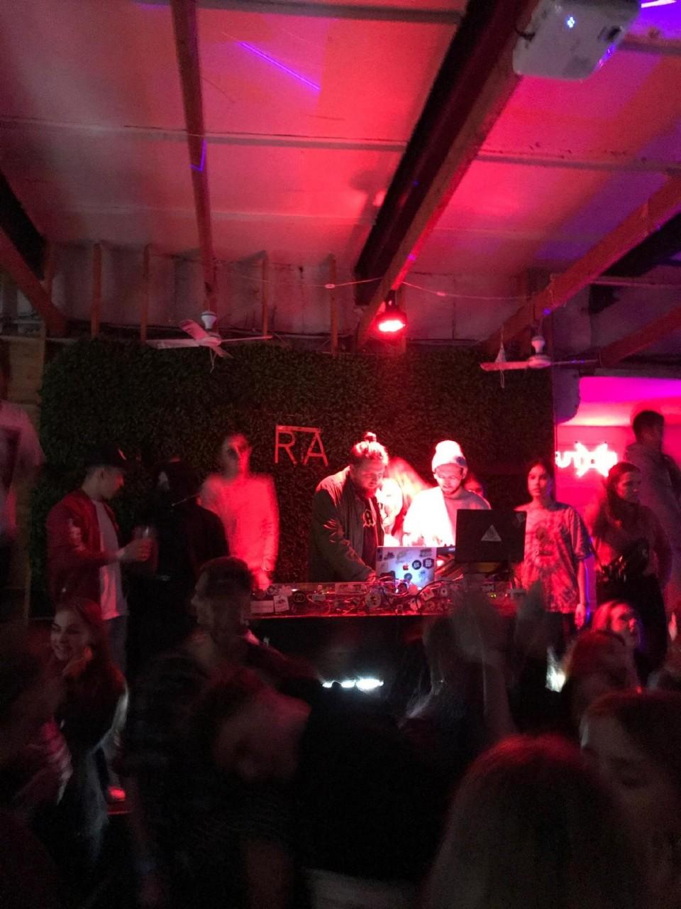 Ночные клубы кому за 30 во владивостоке видео в женских стрип клубах